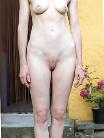 Extravagant mature woman is fingering her restless slit