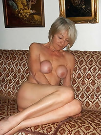 Older MILFs in their solo play