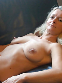 Pervert dame is getting nude on pix